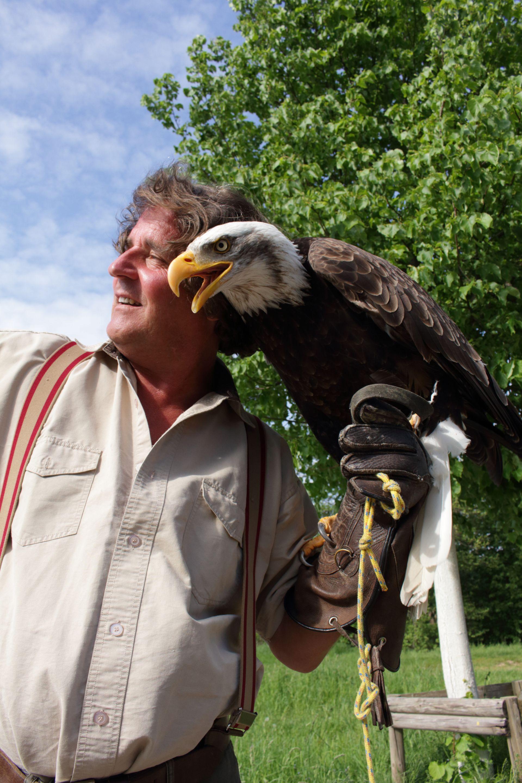 Adlerflüsterer Pierre Schmidt mit Weißkopfseeadler Alaska, Quelle: Norbert Porta, sciencedoku.de